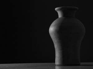 black and white vase 800x600